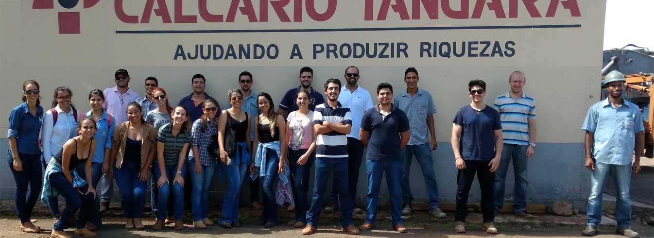 Alunos do Curso de Agronomia participam de visita ao parque industrial da Empresa Calcário
